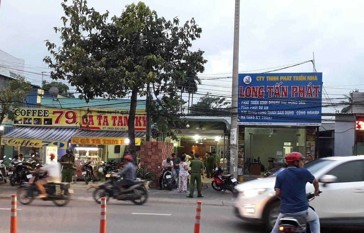 Lực lượng công an khám xét nơi ở và công ty ông Nguyễn Tấn Lương. (Ảnh: Sỹ Tuyên/TTXVN)