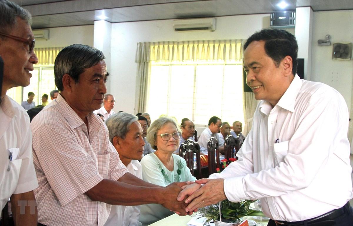 Ông Trần Thanh Mẫn, Bí thư Trung ương Đảng, Chủ tịch Ủy ban Trung ương MTTQ Việt Nam gặp gỡ bà con nhân dân theo đạo Phật giáo Hòa Hảo trước buổi đối thoại. (Ảnh: Công Mạo/TTXVN)