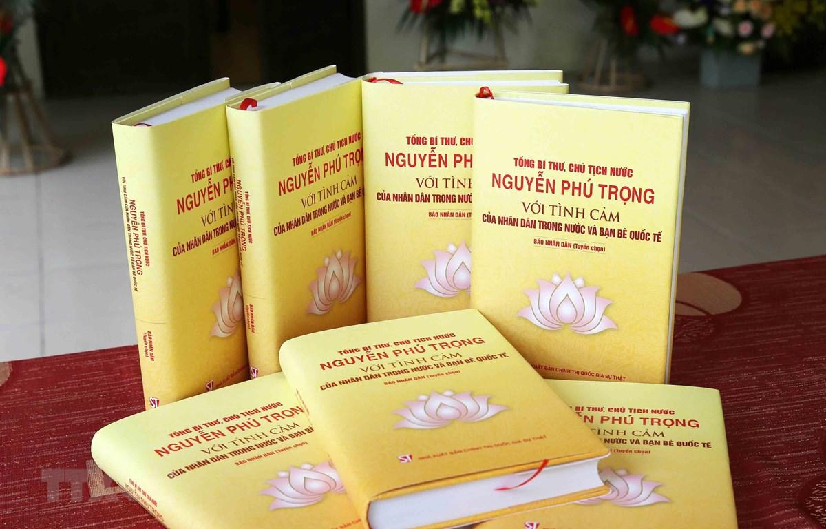 Cuốn sách 'Tổng Bí thư, Chủ tịch nước Nguyễn Phú Trọng với tình cảm của nhân dân trong nước và bạn bè quốc tế'. (Ảnh: Phương Hoa/TTXVN)