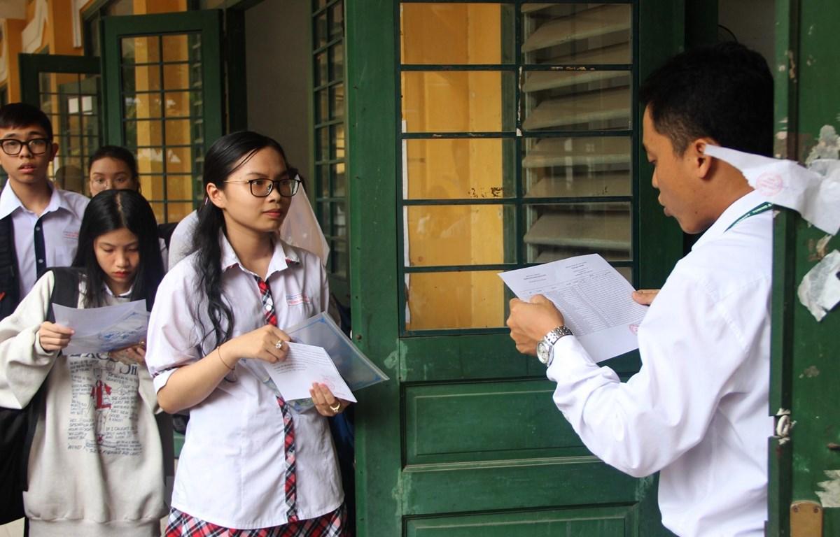 Thí sinh làm thủ tục vào phòng thi để nghe phổ biến quy chế thi tại điểm thi Trường trung học phổ thông Trưng Vương, Quận 1. Ảnh: Xuân Dự/TTXVN