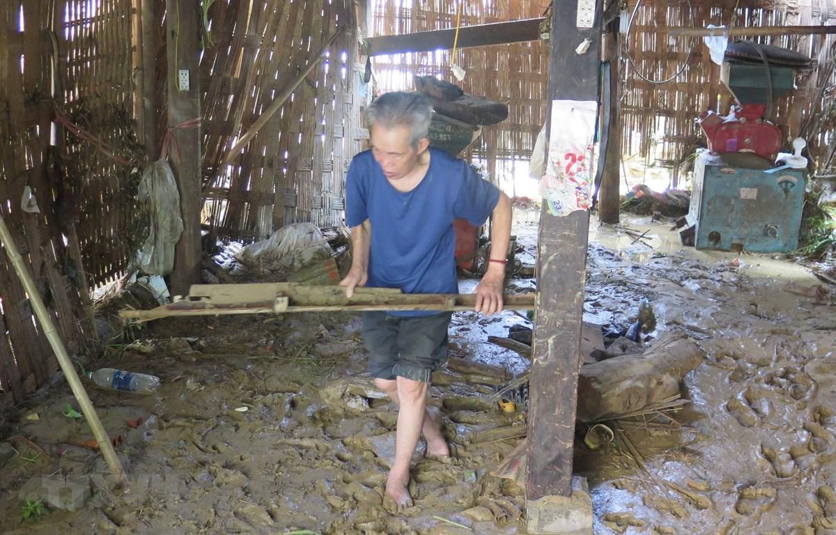Người dân thôn Bản Dền (Sa Pa, Lào Cai) dọn dẹp, gia cố nhà cửa sau lũ. (Ảnh: Lục Hương Thu/TTXVN)