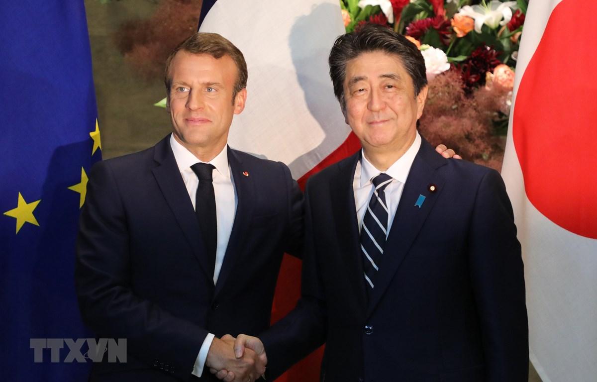 Tổng thống Pháp Emmanuel Macron (trái) và Thủ tướng Nhật Bản Shinzo Abe tại cuộc gặp ở Tokyo ngày 26/6/2019. (Ảnh: AFP/TTXVN)