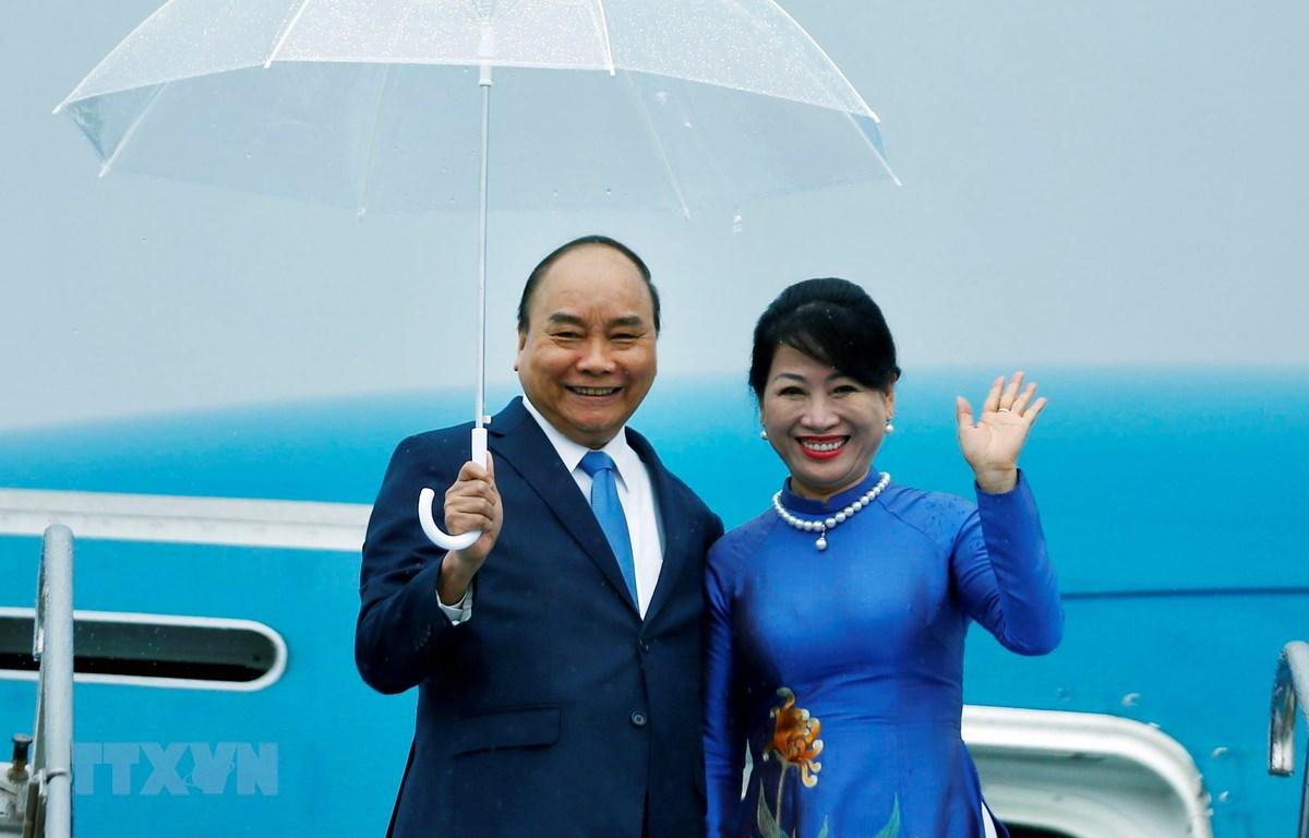 Thủ tướng Chính phủ Nguyễn Xuân Phúc và Phu nhân tại Sân bay quốc tế Kansai, Osaka. (Ảnh: Thống Nhất/TTXVN)