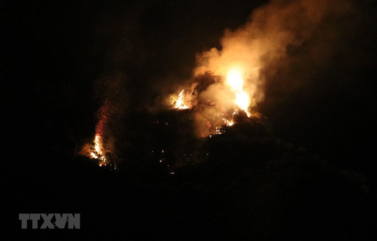 Nhiều đám cháy ở lưng chừng núi khiến công tác chữa cháy gặp nhiều khó khăn. (Ảnh: Ninh Đức Phương/TTXVN)