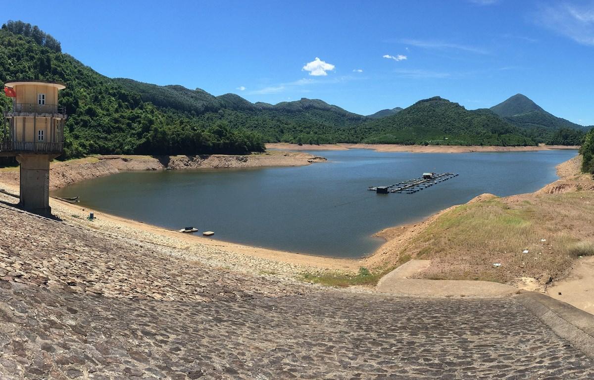 Hồ thủy lợi Hòa Mỹ, huyện Phong Điền (Thừa Thiên - Huế) lượng nước chỉ còn trên 10%. (Ảnh: Hồ Cầu/TTXVN)