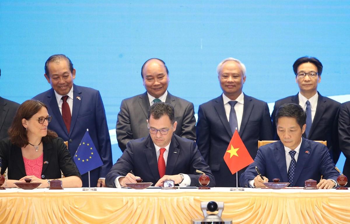 Thủ tướng Nguyễn Xuân Phúc chứng kiến ký Hiệp định Thương mại tự do giữa Việt Nam và Liên minh châu Âu. (Ảnh: Lâm Khánh/TTXVN)