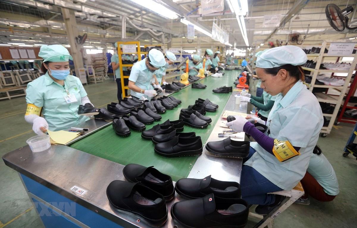 Dây chuyền sản xuất giày, dép xuất khẩu tại Công ty TNHH Midori Safety Footwear Việt Nam, tại khu công nghiệp Điện Nam-Điện Ngọc (Quảng Nam). (Ảnh: Danh Lam/TTXVN)