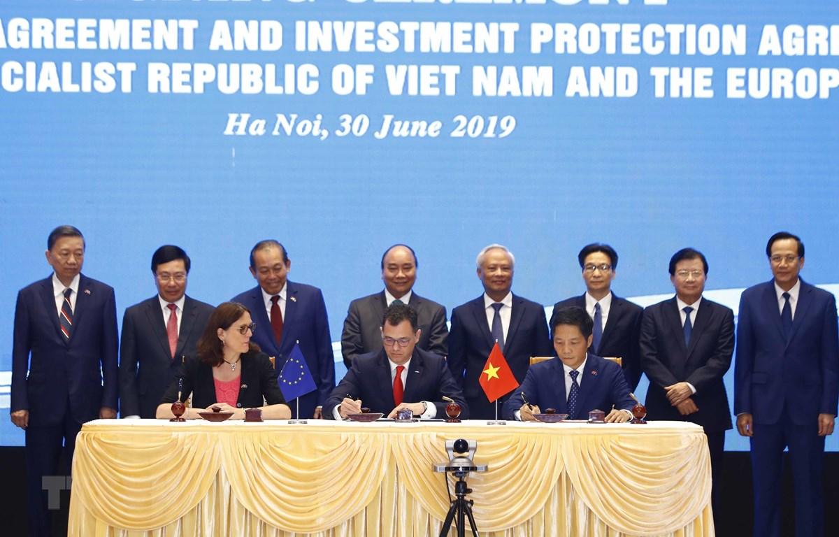 Thủ tướng Nguyễn Xuân Phúc chứng kiến Lễ ký Hiệp định Thương mại tự do (EVFTA).(Ảnh: Thống Nhất/TTXVN)