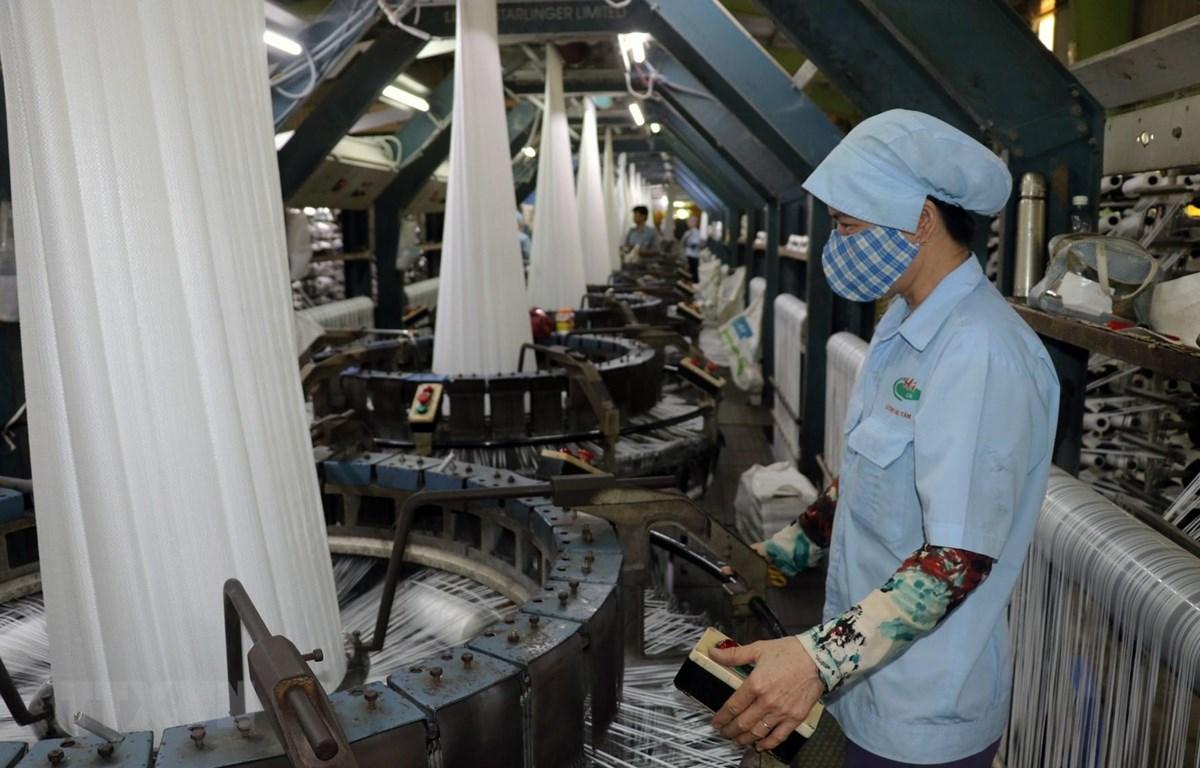 EVFTA sẽ có tác động tích cực đến dệt may Việt Nam trong dài hạn bởi 42,5% dòng thuế áp dụng đối với dệt may Việt Nam sẽ giảm về 0%. (Ảnh: TTXVN)