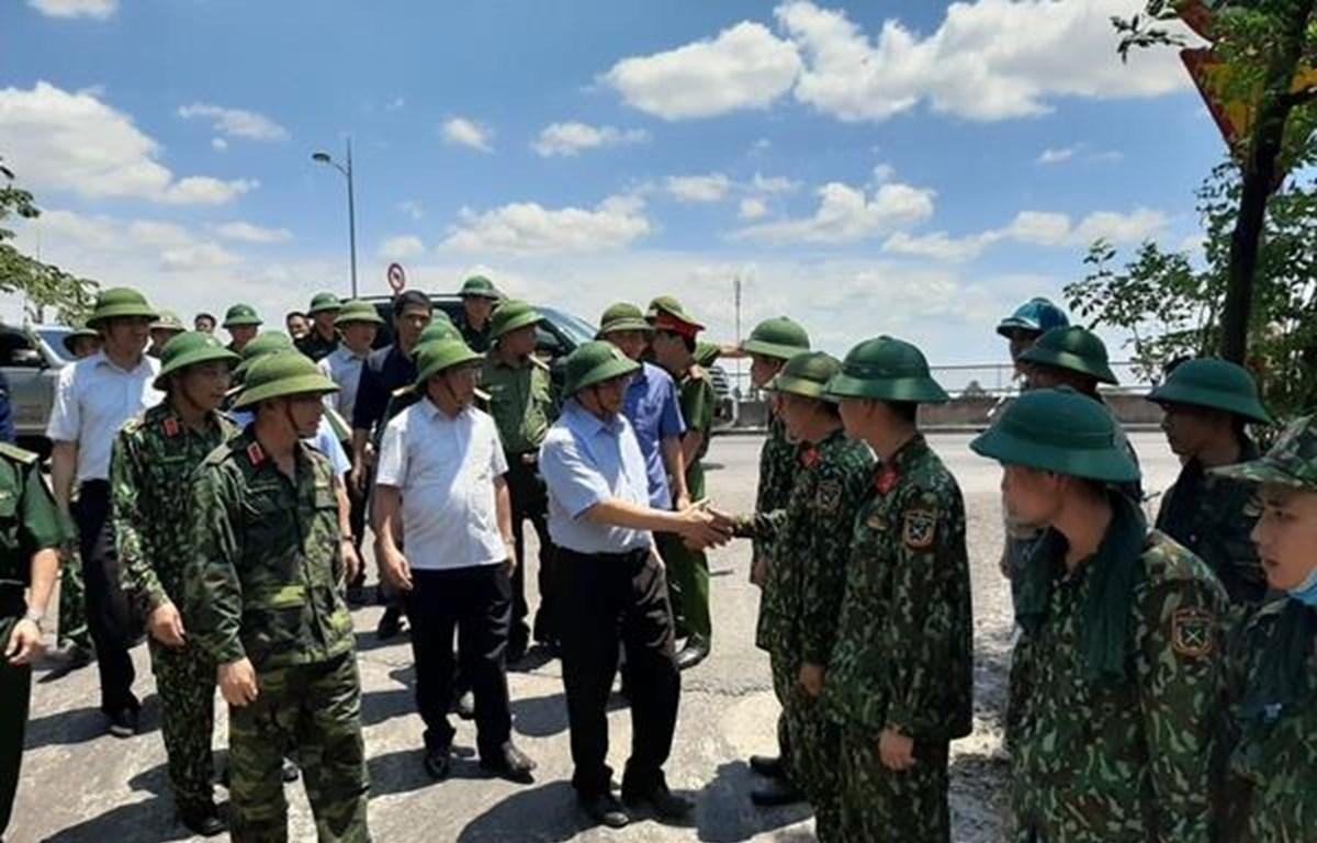 Đồng chí Phạm Minh Chính kiểm tra, động viên lực lượng tham gia chữa cháy rừng tại huyện Nghi Xuân và huyện Hương Sơn, Hà Tĩnh.( Ảnh: Hoàng Thị Ngà/TTXVN)
