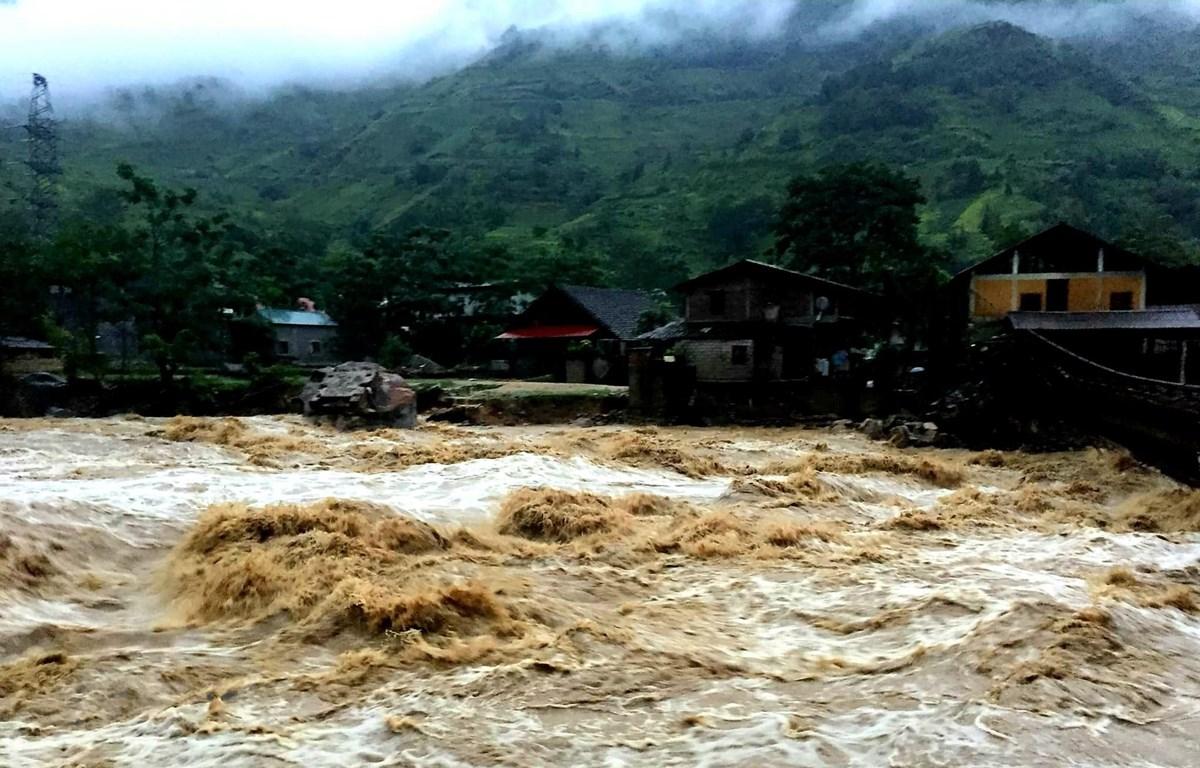 Nước trên thượng nguồn đổ xuống xã Bản Hồ, huyện Sa Pa, tỉnh Lào C, khiến nhiều nhà cửa của người dân bị ảnh hưởng. (Ảnh: Quốc Khánh/TTXVN)