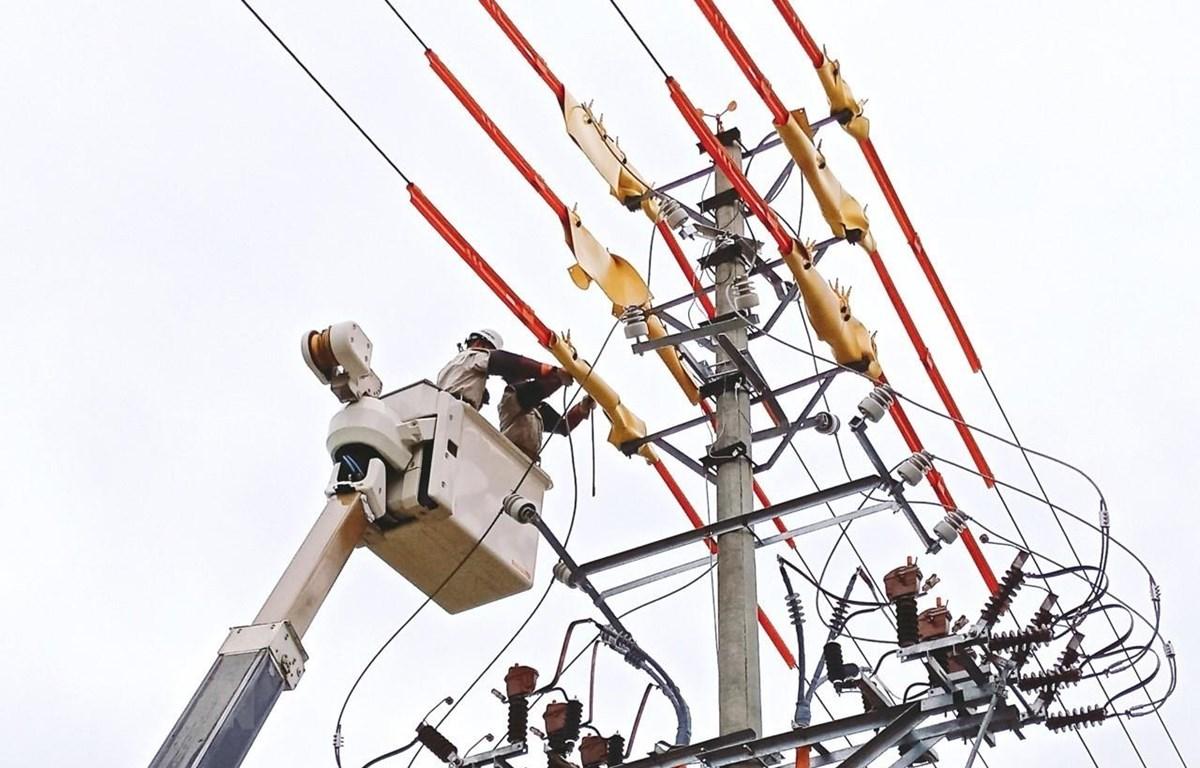 Công ty Điện lực quận Bắc Từ Liêm sử dụng công nghệ sửa chữa điện nóng-hotline. (Ảnh: TTXVN phát)
