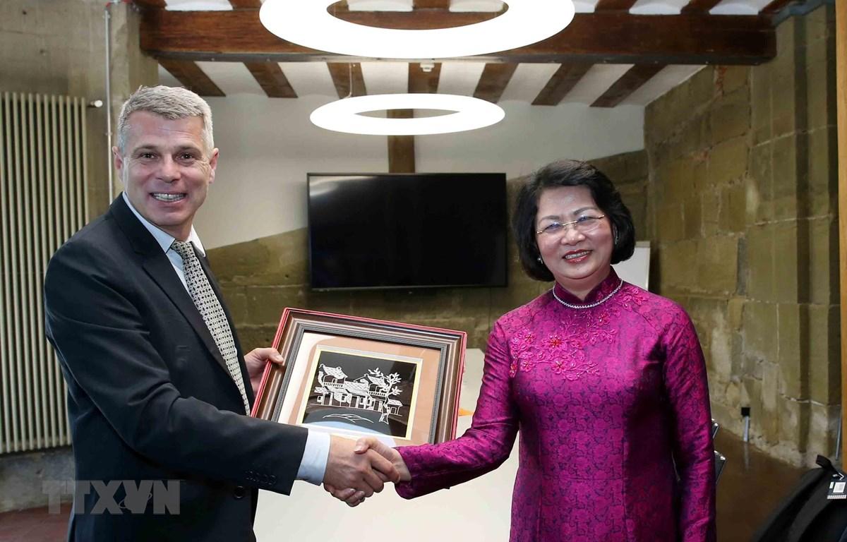 Phó Chủ tịch nước Đặng Thị Ngọc Thịnh và ông Christoph Ammann, Thống đốc Bang Bern trao tặng phẩm. (Ảnh: Phương Hoa/TTXVN)