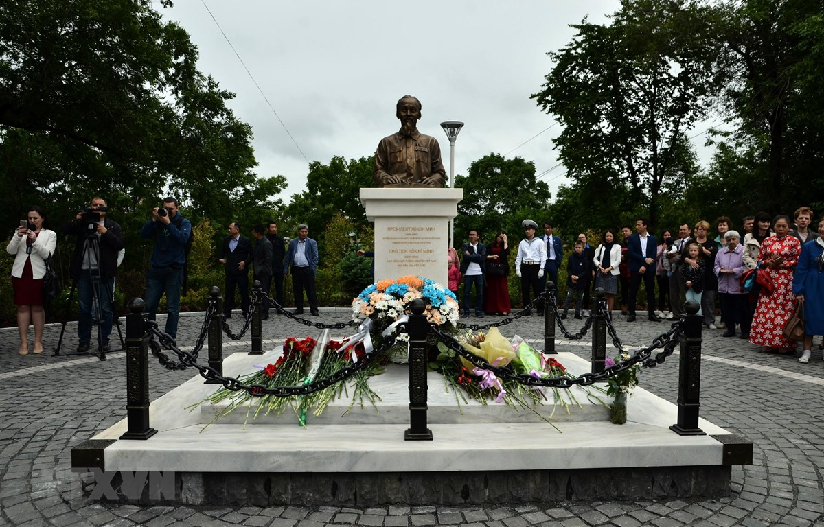 Tượng đài Chủ tịch Hồ Chí Minh tại TP Vladivostok. (Ảnh TTXVN phát)