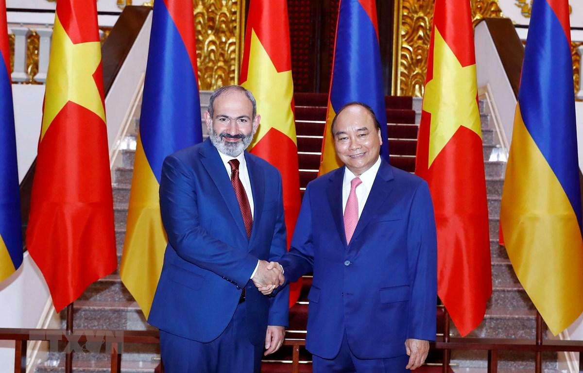 Thủ tướng Nguyễn Xuân Phúc và Thủ tướng Cộng hòa Armenia Nikol Pashinyan chụp ảnh chung tại Trụ sở Chính phủ. (Ảnh: Thống Nhất/TTXVN)