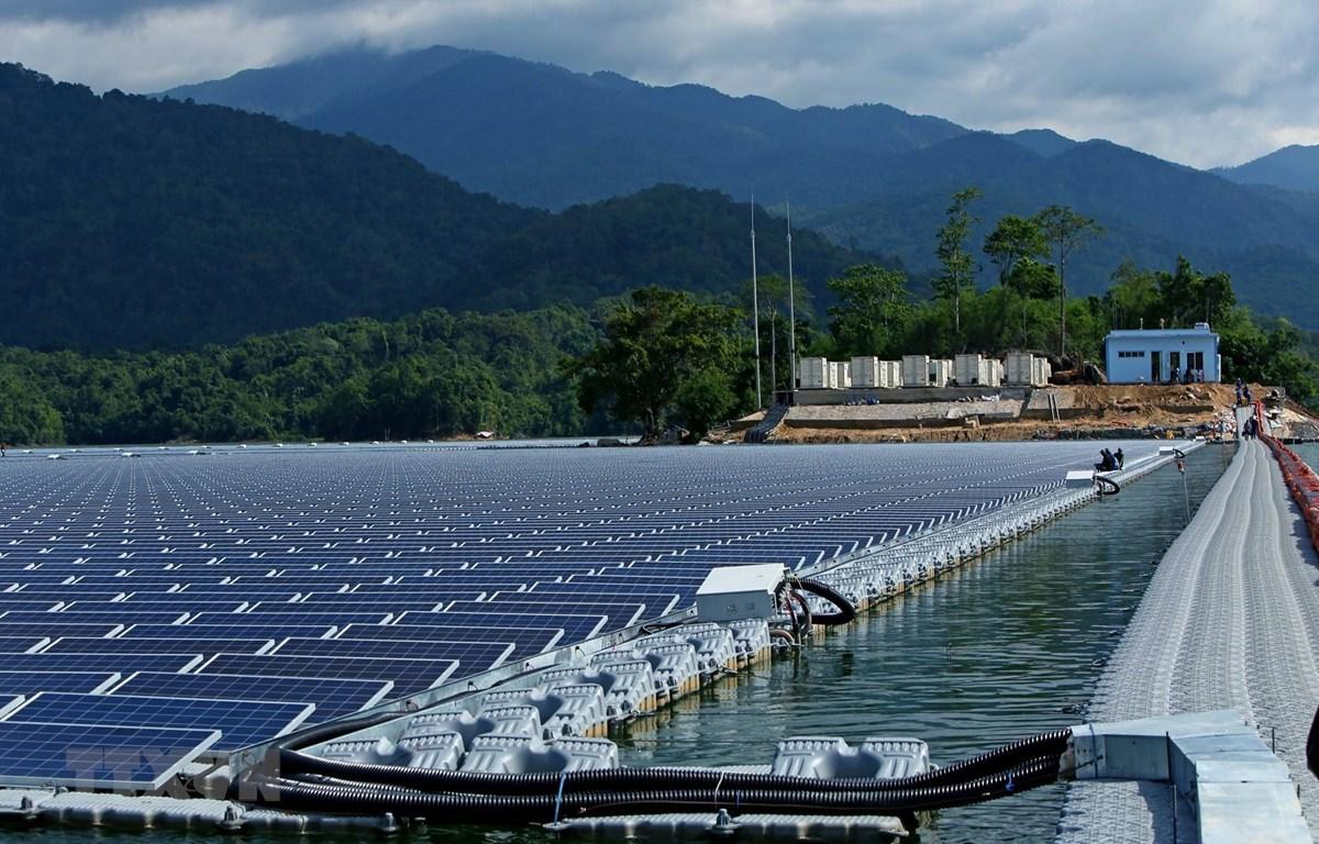 Hệ thống pin nhà máy điện mặt trời trên hồ thủy điện Đa Mi. (Ảnh: Ngọc Hà/TTXVN)