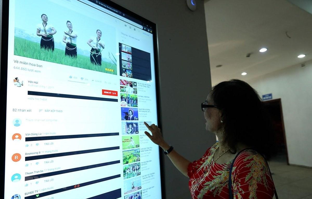 Du khách tìm hiểu thông tin trên thiết bị tra cứu thông tin tại Bảo tàng Chiến thắng Điện Biên Phủ. (Ảnh minh họa: Phan Tuấn Anh/TTXVN)