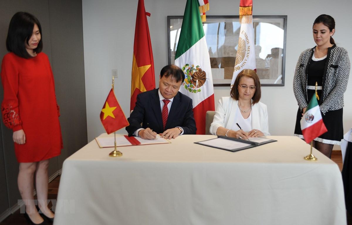 Thứ trưởng Bộ Công Thương Đỗ Thắng Hải và Thứ trưởng phụ trách Ngoại thương, Bộ Kinh tế Mexico Luz María de la Mora ký Biên bản của Kỳ họp. (Ảnh: Việt Hùng/TTXVN)