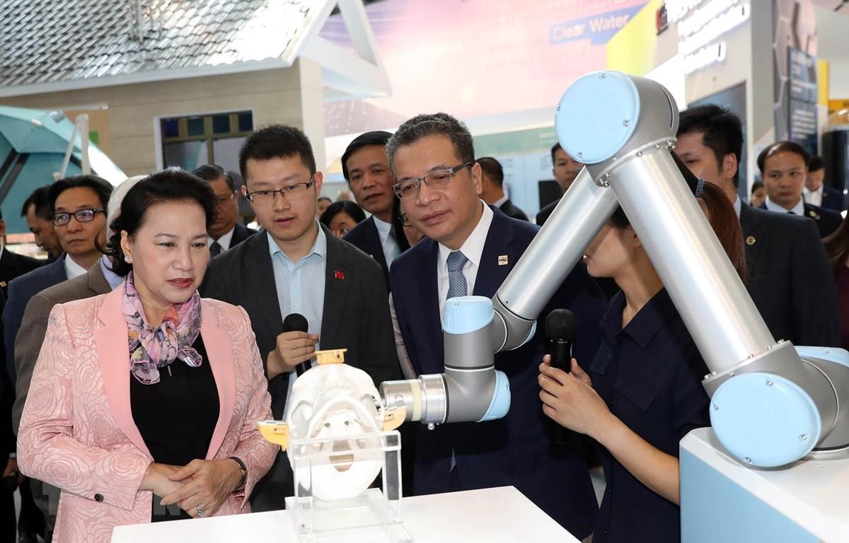 Chủ tịch Quốc hội Nguyễn Thị Kim Ngân cùng đoàn đại biểu cấp cao Việt Nam thăm Khu Công nghệ cao Trung Quan Thôn. (Ảnh: Trọng Đức/TTXVN)