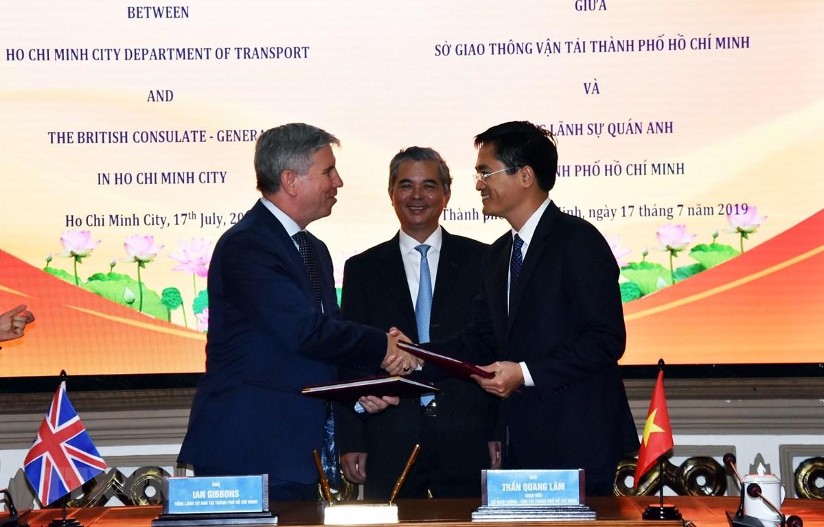 Ông Ian Giboons, Tổng lãnh sự Anh tại Thành phố Hồ Chí Minh và ông Trần Quang Lâm, Giám đốc Sở Giao thông Vận tải trao đổi Biên bản ghi nhớ hợp tác đã ký. (Ảnh: Xuân Khu-TTXVN)