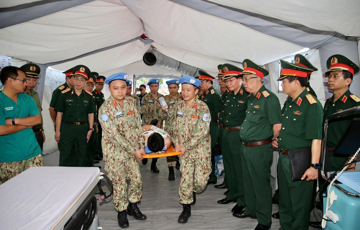 Thượng tướng Nguyễn Chí Vịnh, Thứ trưởng Bộ Quốc phòng kiểm tra công tác chuẩn bị Bệnh viện dã chiến cấp 2 số 2. (Ảnh: Dương Giang/TTXVN)