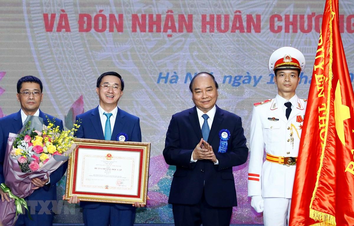 Thủ tướng Nguyễn Xuân Phúc trao Huân chương Độc lập hạng Ba cho Bệnh viện K Trung ương. (Ảnh: Thống Nhất/TTXVN)