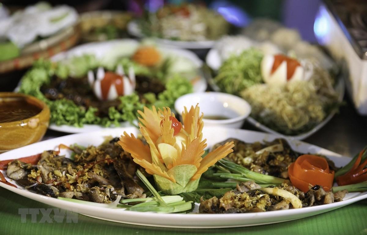 Món lươn mới được các nghệ nhân chế biến. (Ảnh: Bích Huệ/TTXVN)