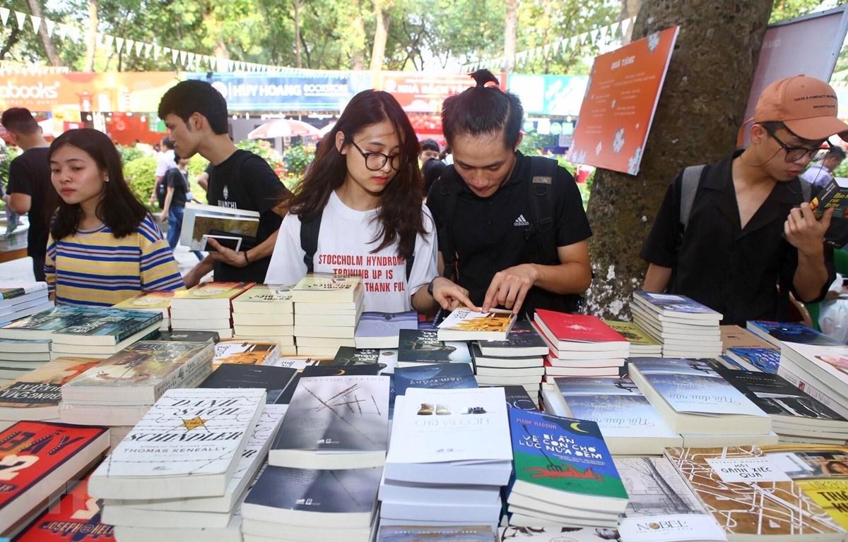 Khách tham quan các gian trưng bày sách tại Hội sách toàn quốc lần thứ 6. (Ảnh: Minh Quyết/TTXVN)