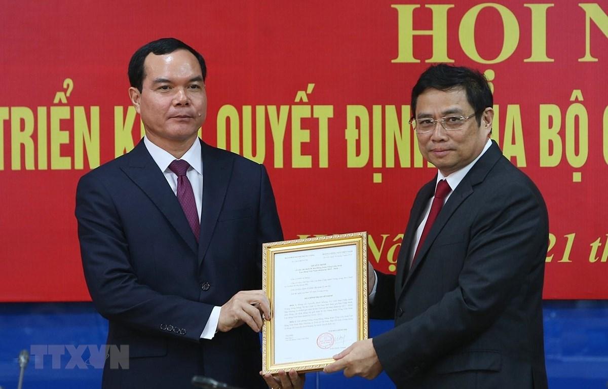 Đồng chí Phạm Minh Chính trao Quyết định của Ban Chấp hành Trung ương cho đồng chí Nguyễn Đình Khang. (Ảnh: Dương Giang/TTXVN)