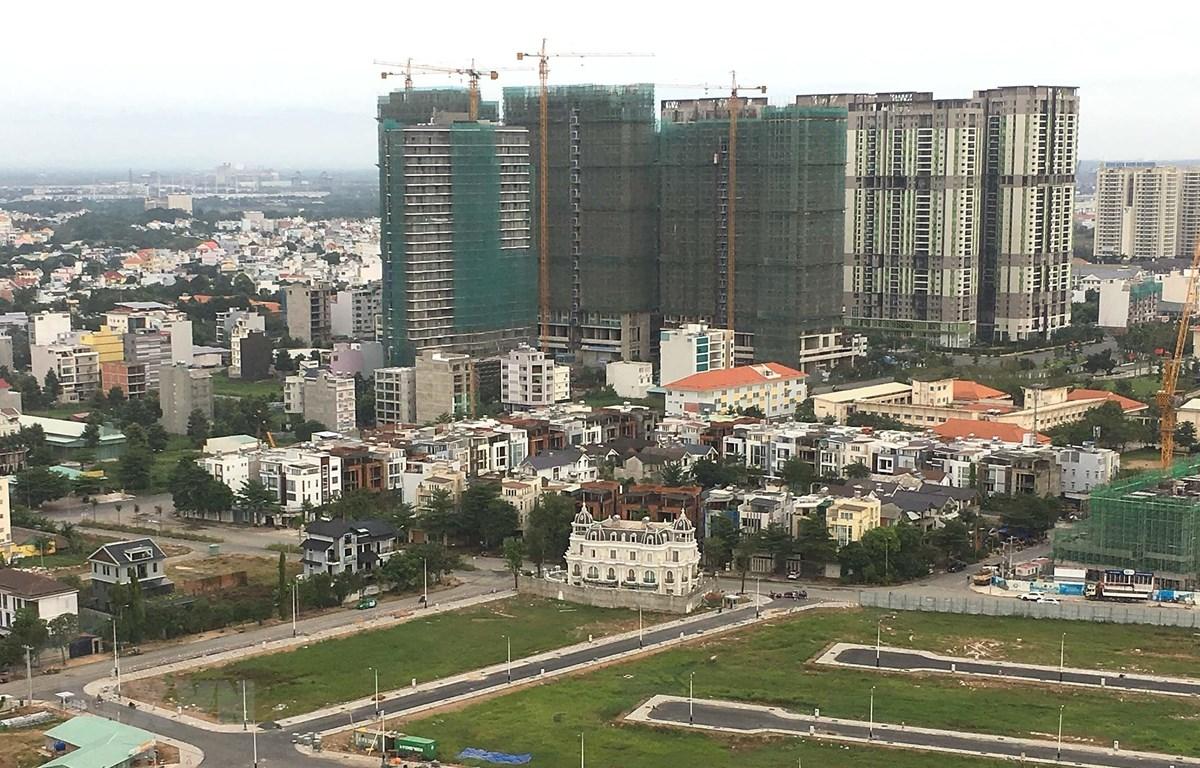 Chung cư, nhà cao tầng đang được xây dựng ngày càng nhiều ở quận 2 để giải quyết nhu cầu về chỗ ở của người lao động. (Ảnh: Thanh Vũ/TTXVN)