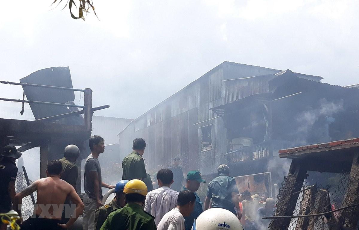 Các lực lượng đang nổ lực dập tắt đám cháy. (Ảnh: Công Mạo/TTXVN)