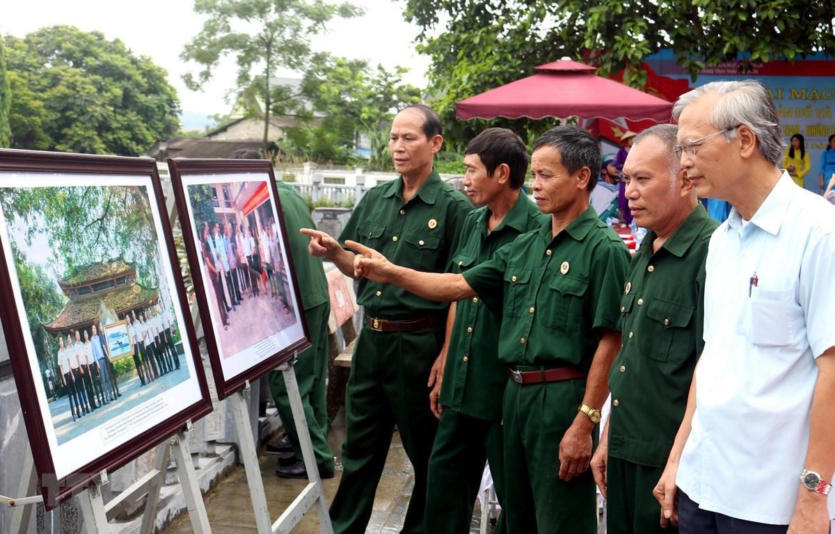 Đông đảo người dân Thái Nguyên đến tham quan triển lãm. (Ảnh: Thu Hằng/TTXVN)