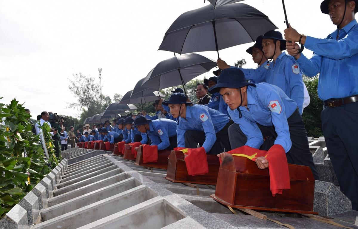 Lễ truy điệu, cải táng 99 hài cốt liệt sỹ quân tình nguyện và chuyên gia Việt Nam hy sinh tại Campuchia. Ảnh: Chương Đài - TTXVN