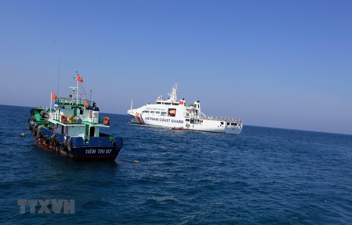 Vùng Cảnh sát biển 2 luôn đồng hành với ngư dân đảo Lý Sơn (Quảng Ngãi). (Ảnh minh họa: Trần Tĩnh/TTXVN)