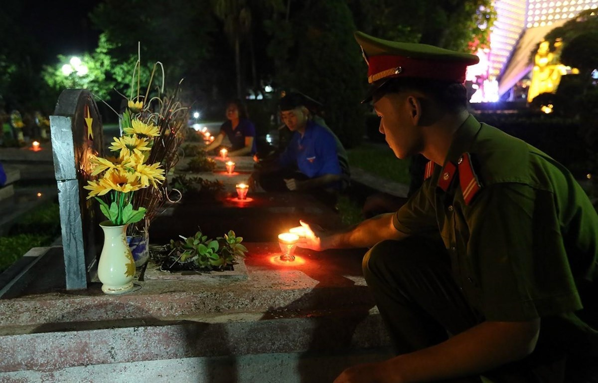 Các đoàn viên thanh niên thắp nến tri ân các anh hùng liệt sỹ tại Điện Biên. (Ảnh: Phan Tuấn Anh/TTXVN)