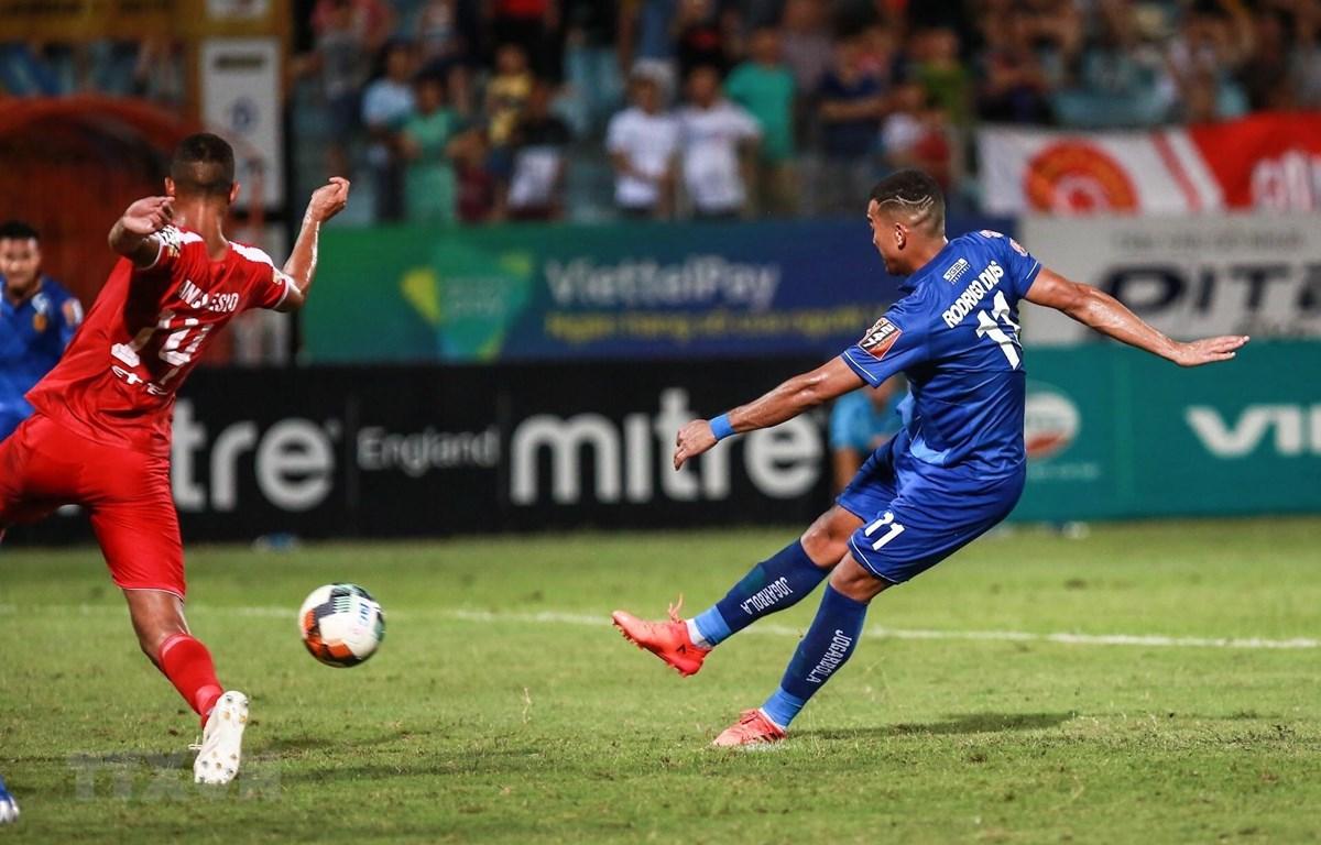 Cú sút thành bàn gỡ hoà cho Quảng Nam FC của cầu thủ Rodrigo Da Silva Dias (11). (Ảnh: Trọng Đạt/TTXVN)
