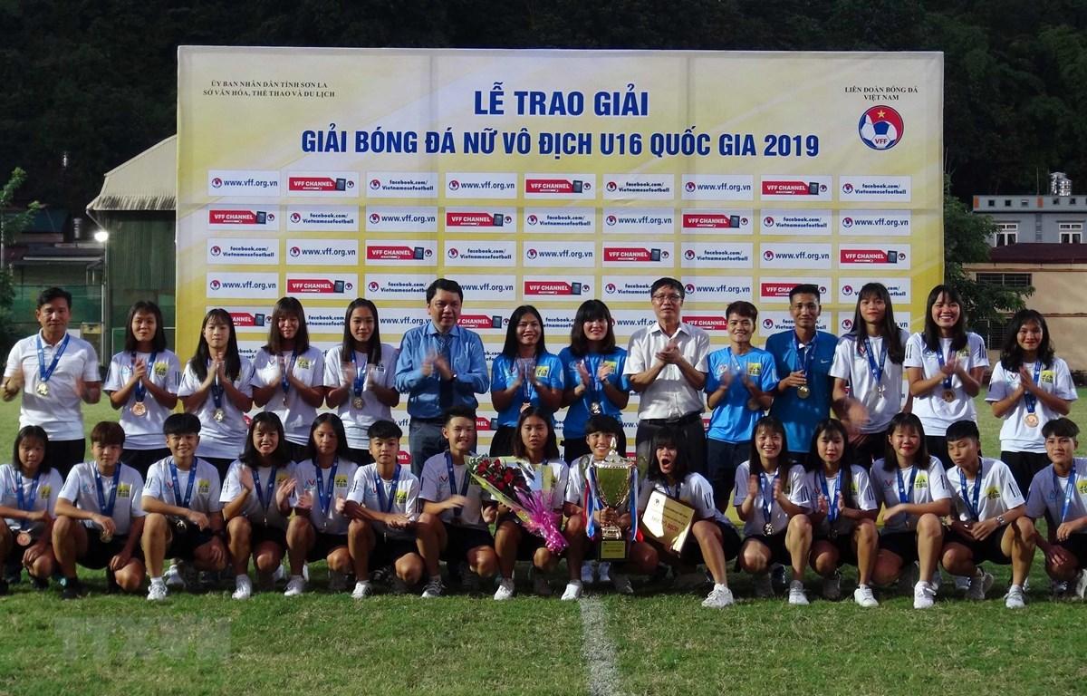Ban tổ chức trao Giải vô địch cho Đội tuyển Hà Nội. (Ảnh: Diệp Anh/TTXVN)