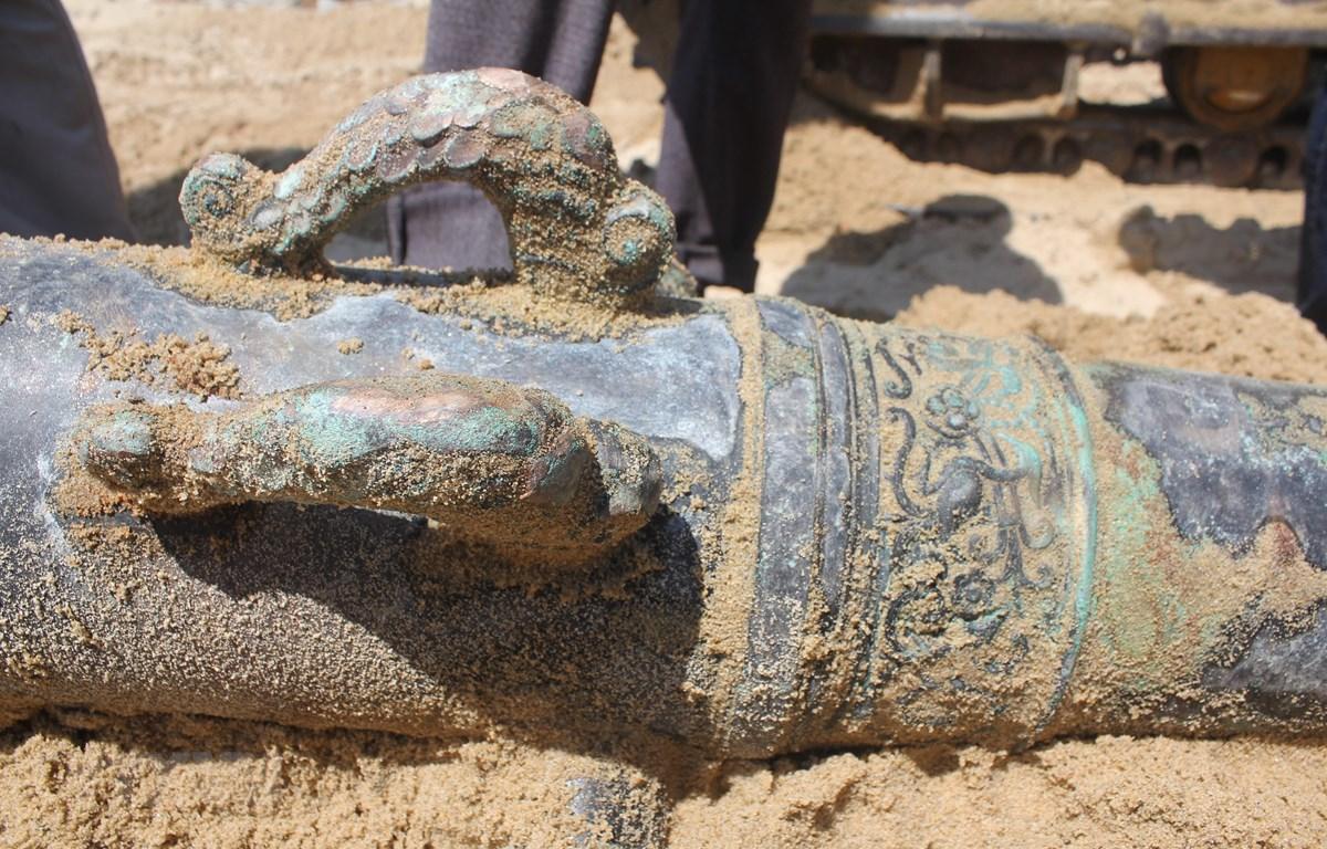 Hoa văn trên súng thần công phát hiện tại bờ biển Đà Nẵng. (Ảnh: TTXVN phát)