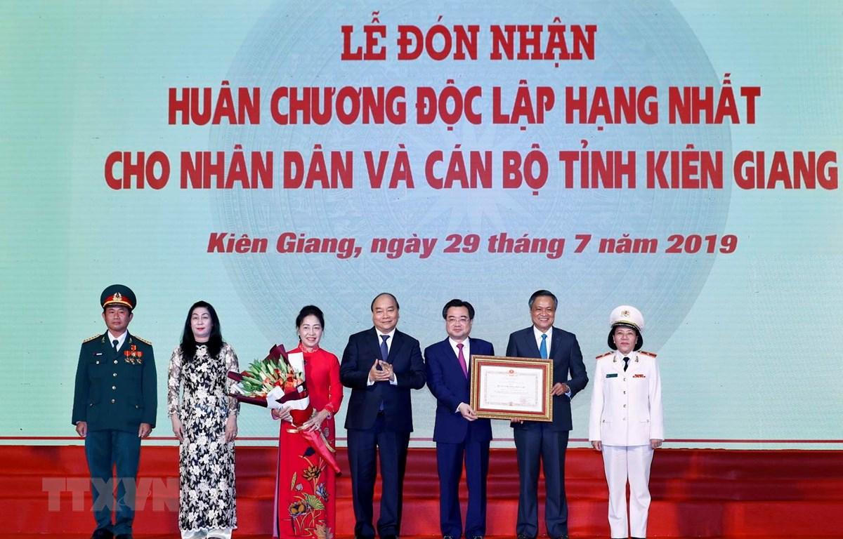 Thủ tướng Nguyễn Xuân Phúc trao tặng Huân chương Độc lập hạng Nhất cho nhân dân và cán bộ tỉnh Kiên Giang vì có nhiều thành tích xuất sắc trong công cuộc xây dựng và bảo vệ Tổ quốc 10 năm qua. (Ảnh: Thống Nhất/TTXVN)
