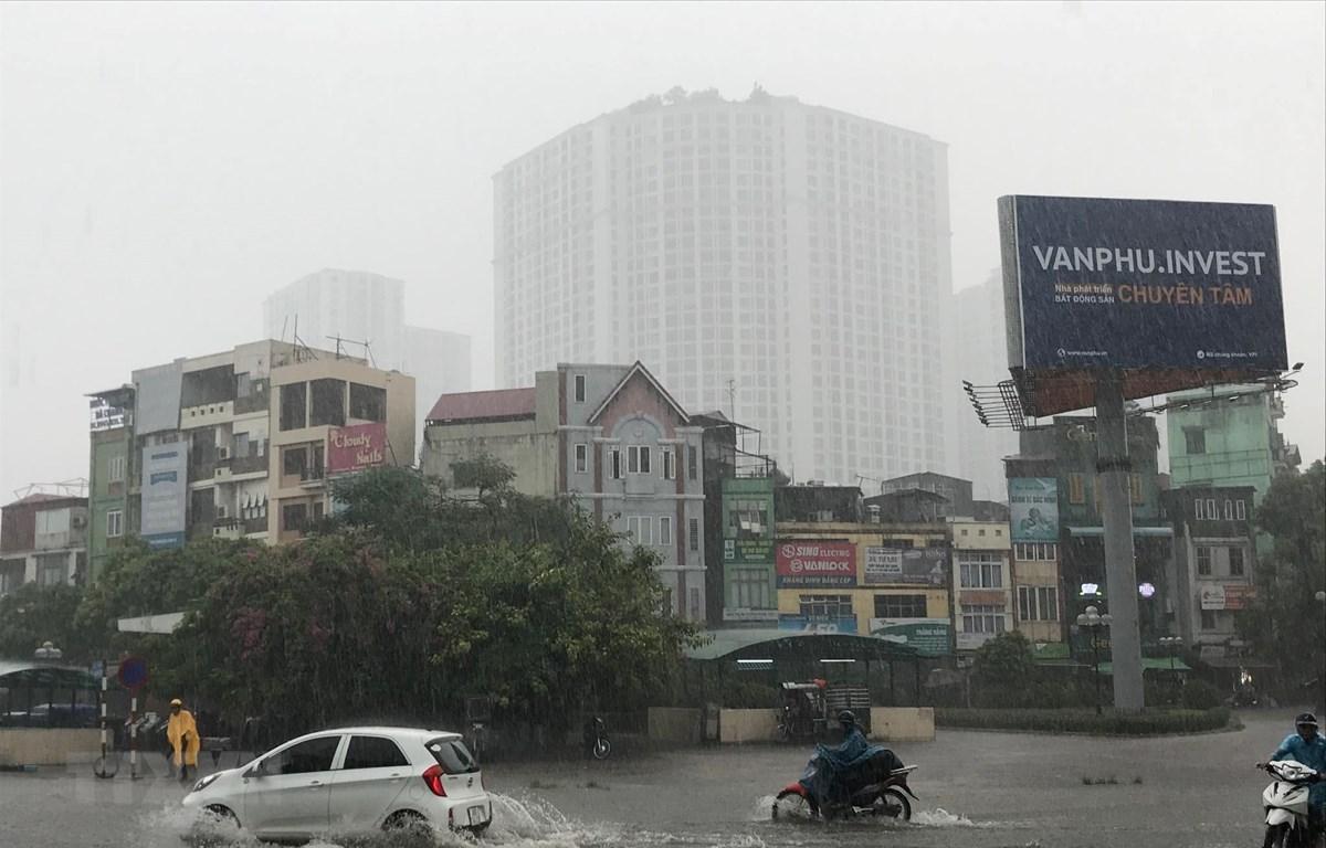 Mưa lớn gây ngập cục bộ tại Hà Nội ngày 30/7. (Ảnh: Trọng Đạt/TTXVN)