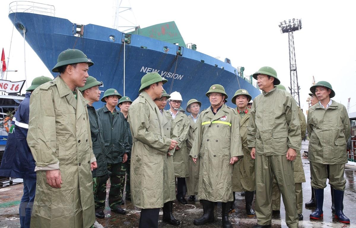 Phó Thủ tướng Trịnh Đình Dũng kiểm tra khu vực neo đậu tàu thuyền vào tránh trú bão tại Công ty TNHH Một thành viên Đóng tàu Hạ Long, Quảng Ninh. (Ảnh: Dương Giang/TTXVN)