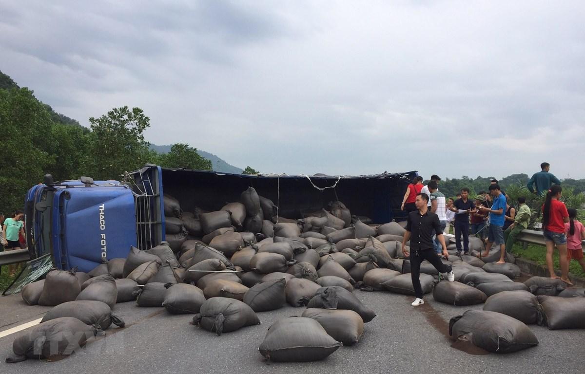 Những bao tải chè trên xe bị đổ ra đường sau vụ tai nạn. (Ảnh: Tuấn Anh/TTXVN)