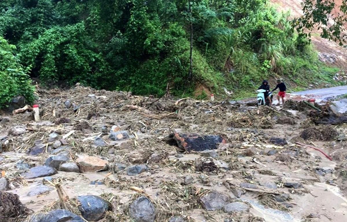 Một điểm sạt lở trên tuyến đường lên huyện biên giới Mường Lát. (Ảnh: Nguyễn Nam/TTXVN)