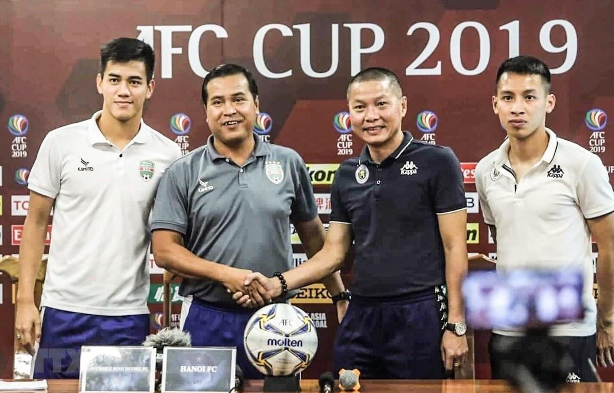 Đại diện Hà nội FC và Becamex Bình Dương FC họp báo trước trận quyết đấu lượt về AFC Cup 2019 trên sân vận động Hàng Đẫy Hà Nội. (Ảnh: Trọng Đạt/TTXVN)