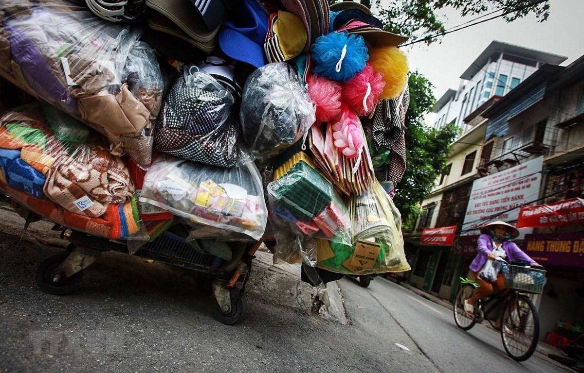 Một chiếc xe đẩy hàng rong với lủng lẳng là những túi nylon. (Ảnh: Trọng Đạt/TTXVN)