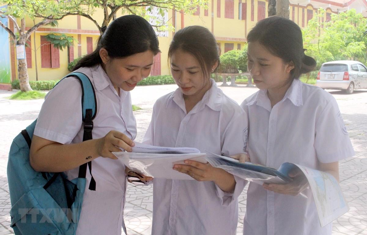 Thí sinh trao đổi sau khi hoàn thành bài thi tổ hợp khoa học xã hội tại điểm thi trường THPT Ngô Sỹ Liên, Bắc Giang. (Ảnh minh họa: Đồng Thúy/TTXVN)