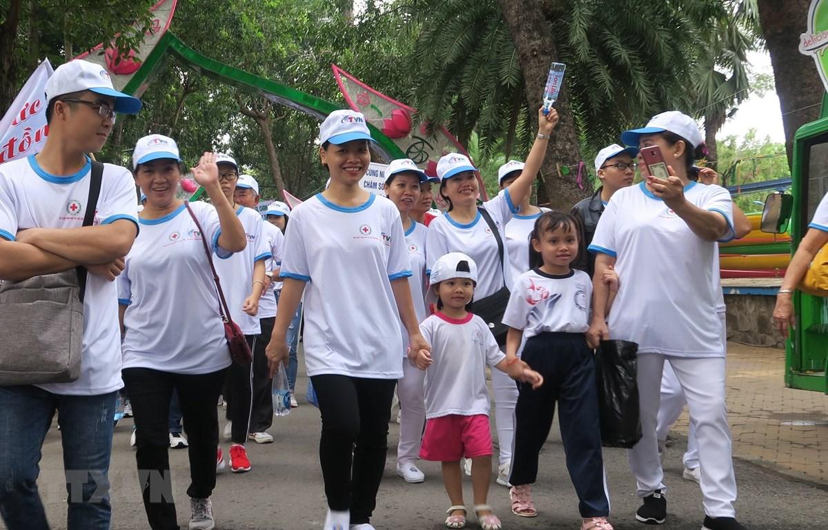 Đông đảo người dân tham gia hưởng ứng đi bộ đồng hành 'Vì nạn nhân chất độc da cam và người khuyết tật nghèo' năm 2019. (Ảnh: Đinh Hằng/TTXVN)