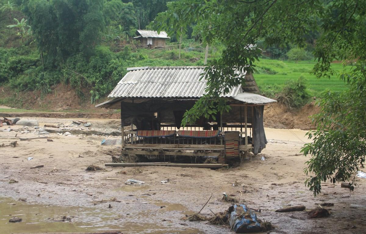 Một trong những ngôi nhà bị lũ quét qua, nằm trơ trọi giữa bản làng. (Ảnh: Khiếu Tư/TTXVN)