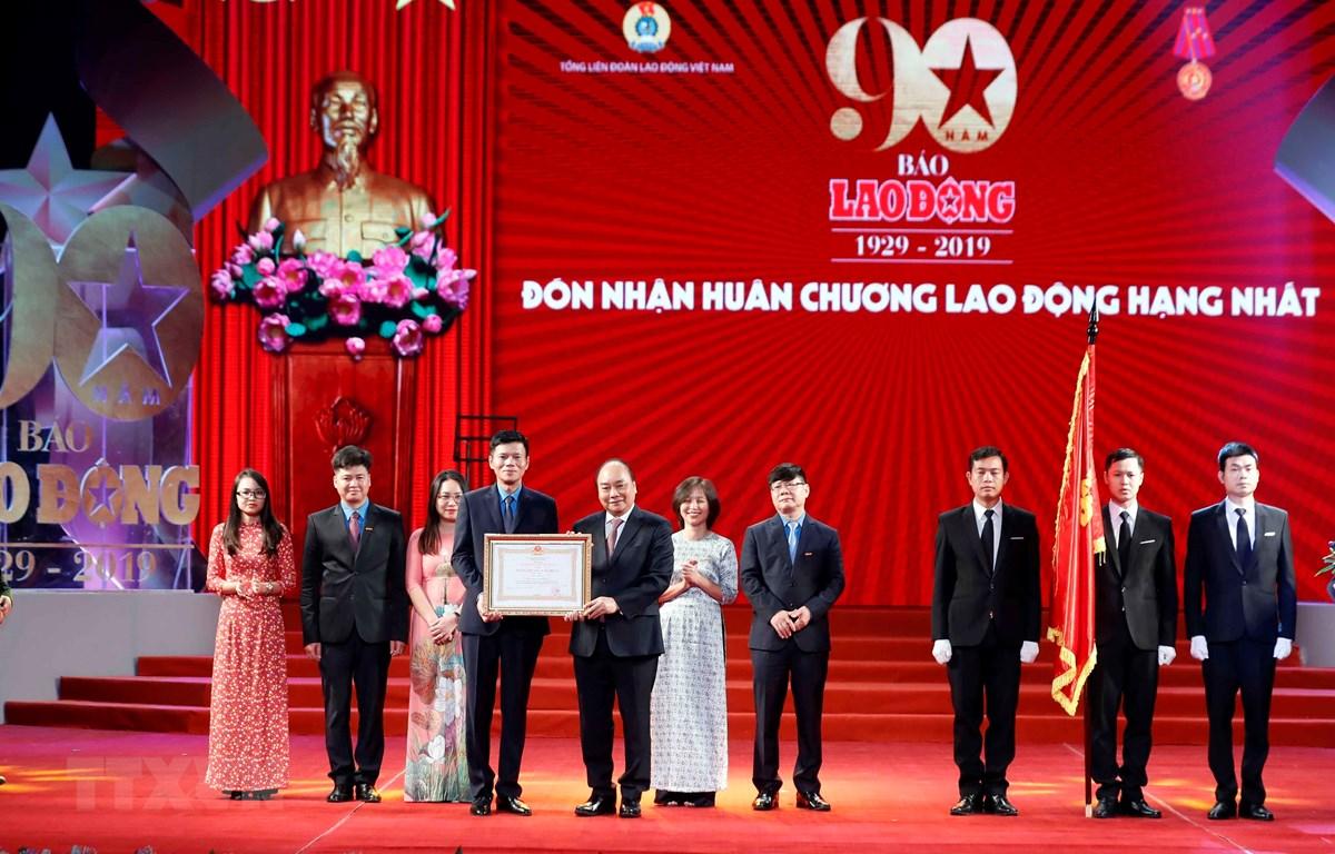 Thủ tướng Nguyễn Xuân Phúc trao tặng Huân chương Lao động hạng Nhất cho Báo Lao Động. (Ảnh: Thống Nhất/TTXVN)