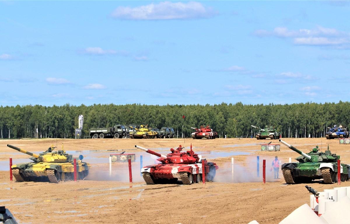 Đội tuyển Việt Nam (xe đỏ ở giữa) bắt đầu tranh tài ở vòng Bán kết. (Ảnh Dương Trí/TTXVN)